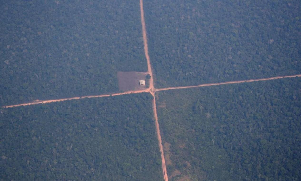 Vista aérea da Amazônia. O presidente Bolsonaro atribui aos estados da região Norte e às organizações não-governamentais a responsabilidade pelas queimadas na floresta Foto: UESLEI MARCELINO / REUTERS