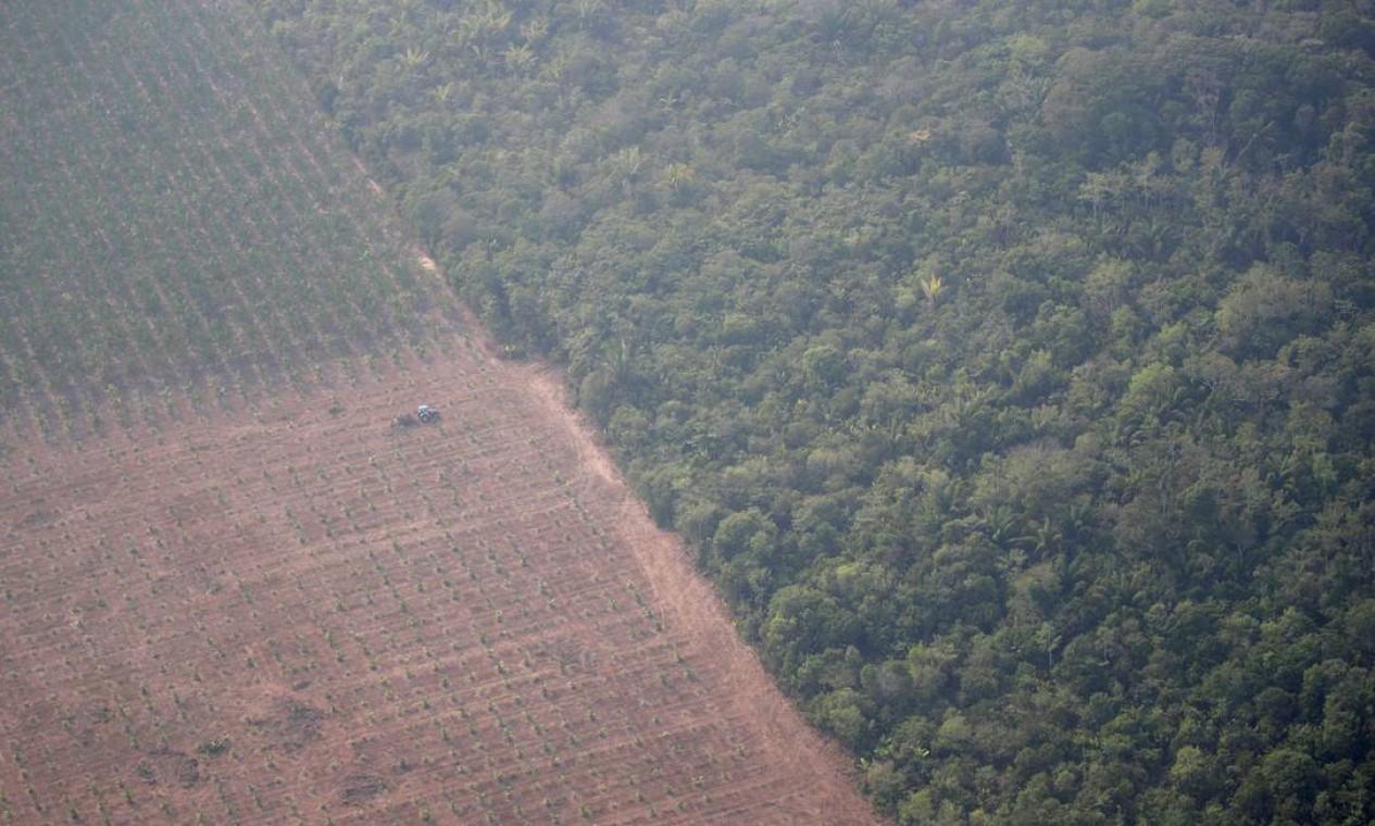 Um trator passa por uma plantação perto de um terreno desmatado da Amazônia, perto de Porto Velho, Rondônia. O ministro da Casa Civil, Onyx Lorenzoni , afirma que nações europeias mentem sobre o desmatamento no Brasil para atrapalhar comercialmente o país Foto: UESLEI MARCELINO / REUTERS