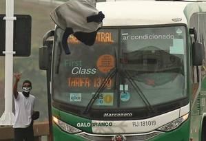 Willian Augusto durante o sequestro do ônibus da Galo Branco Foto: Fabiano Rocha/Agência O Globo / Agência O Globo