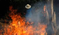 Homem trabalha em área com queimada no Amazonas Foto: Bruno Kelly / Reuters