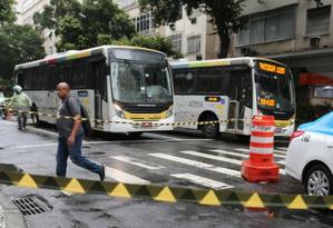 Nesta quinta-feira, homem ameaçou incendiar ônibus e, em seguida, se esfaqueou em Copacabana Foto: Márcia Foletto / Agência O GLOBO
