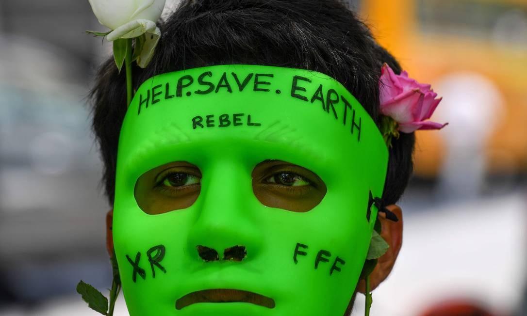 Protesto em frente ao Consulado-Geral do Brasil em Mumbai, Índia, pela preservação da Amazônia Foto: INDRANIL MUKHERJEE / AFP
