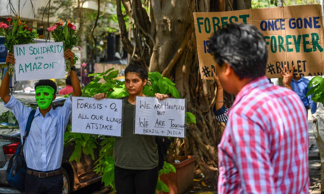 Na Índia também há registros de protestos. Em frente ao Consulado-Geral do Brasil em Mumbai, manifestantes protestam pela preservação da floresta amazônica e contra o desmatamento e incêndios Foto: INDRANIL MUKHERJEE / AFP