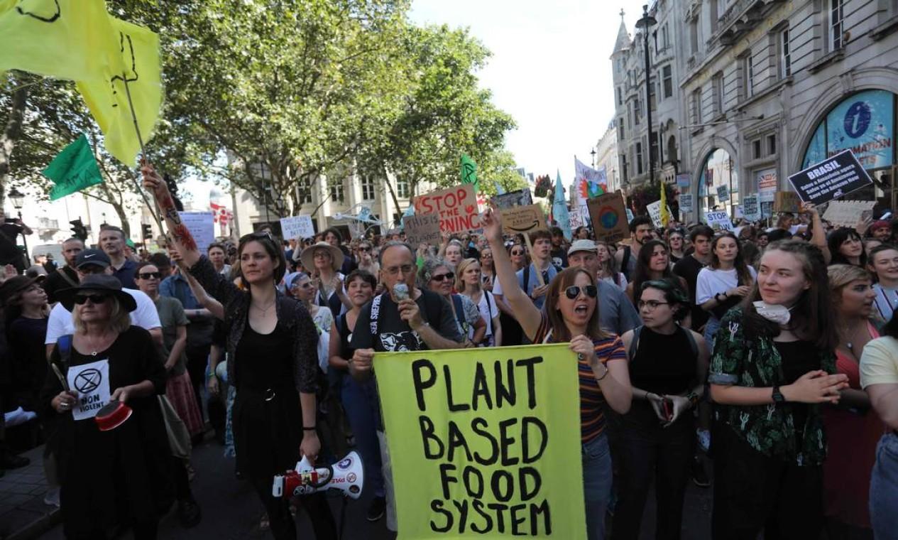 Manifestação do grupo Rebelião da Extinção em frente à embaixada brasileira em Londres contra o desmatamento e queimadas na floresta amazônica Foto: ISABEL INFANTES / AFP