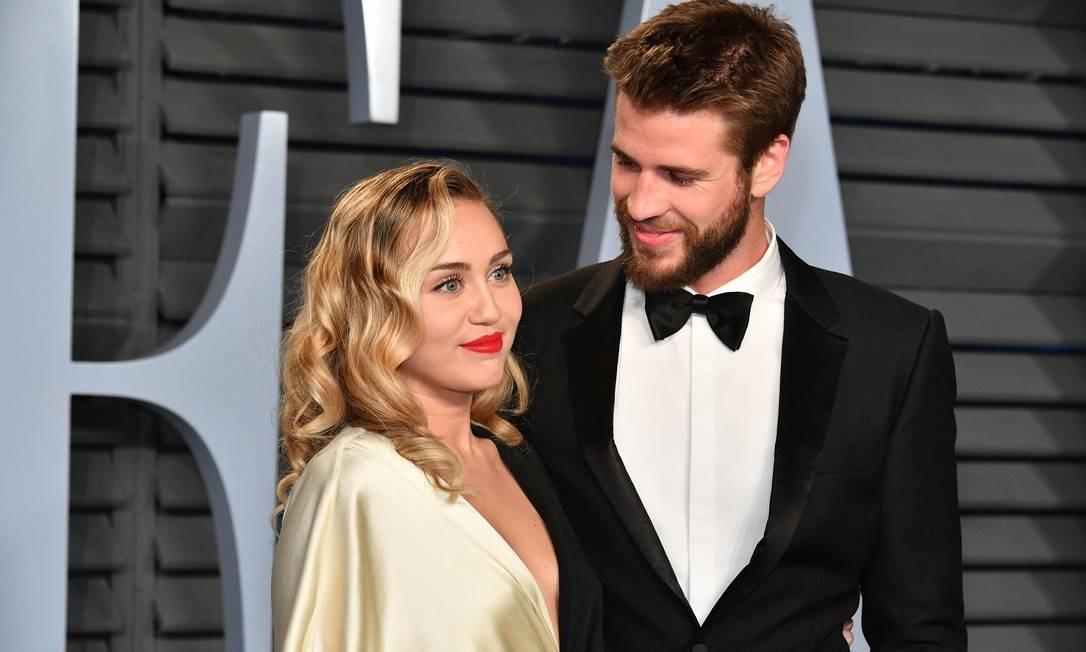 Miley Cyrus e Liam Hemsworth na festa da Vanity Fair pós-Oscar em 2018: cantora fez desabafo no Twitter após rumores que traição teria levado a separação Foto: DIA DIPASUPIL / AFP