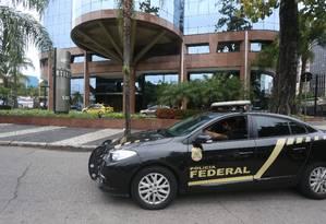 Agentes da PF deixam um dos endereços ligados ao presidente do BTG, André Esteves, na zona sul do Rio. Foto: Fabiano Rocha / O Globo
