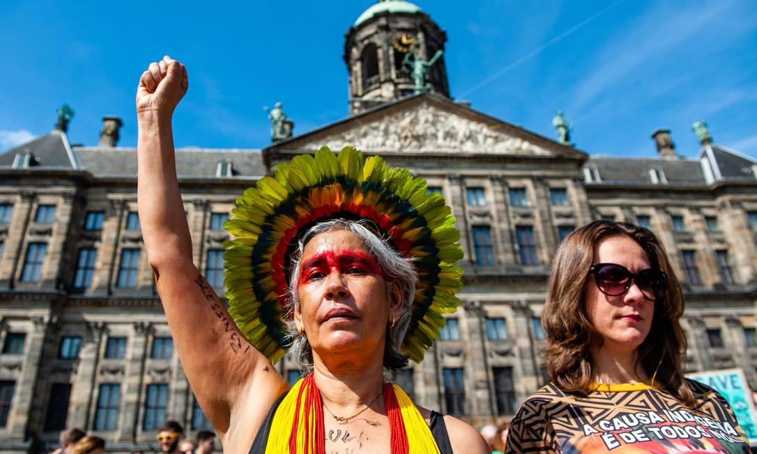 Manifestante caracterizada como indigena no protesto em Amsterdã, Holanda Foto: ROMY FERNANDEZ / AFP