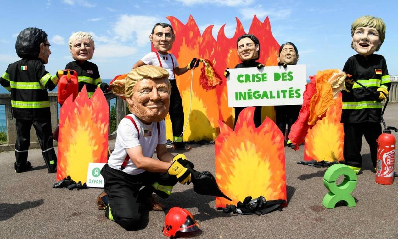 Protesto em Biarritz, França, onde acontece o encontro do G7, contra o desmatamento e incêndios na floresta amazônica. O G7 reúne os sete países com a economia mais avançadas do mundo, de acordo com o Fundo Monetário Internacional (FMI) Foto: BERTRAND GUAY / AFP