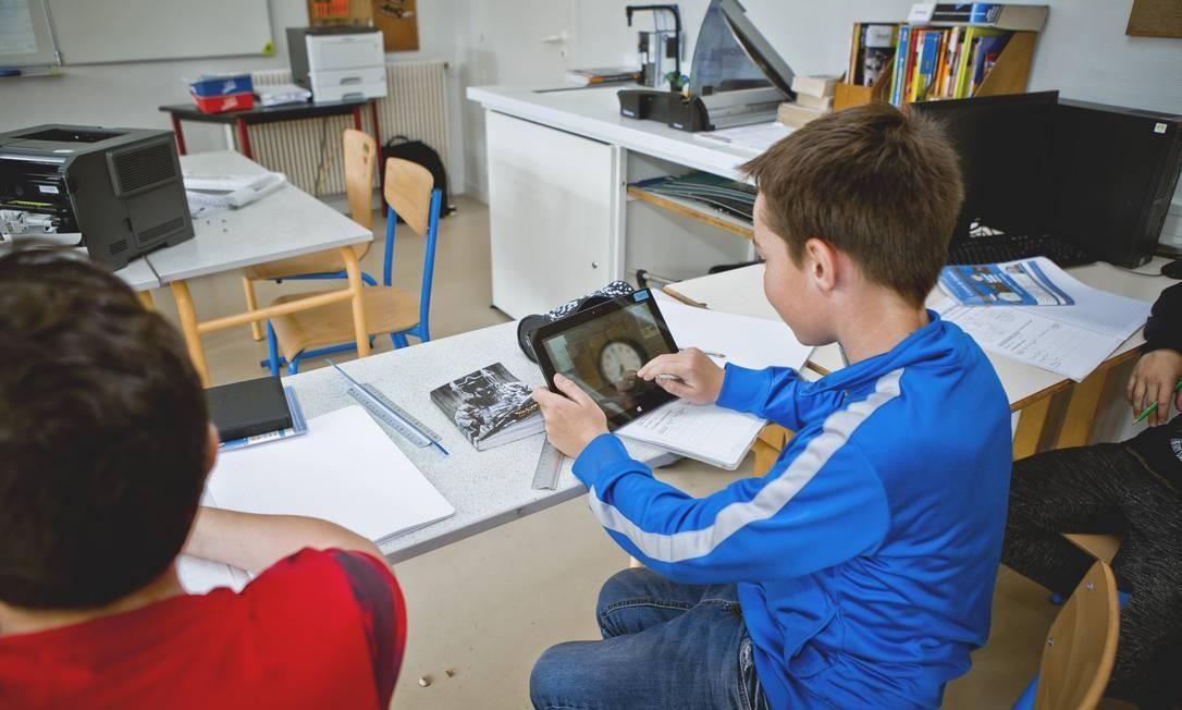 Aluno usando um tablet em sala de aula Foto: Andia / Universal Images Group via Getty