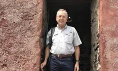 O jornalista Laurentino Gomes na Porta do Não Retorno, localizada na Ilha de Goréia, local de embarque de escravos em que partia da atual Dacar (capital do Senegal) Foto: Carmen Gomes / Divulgação