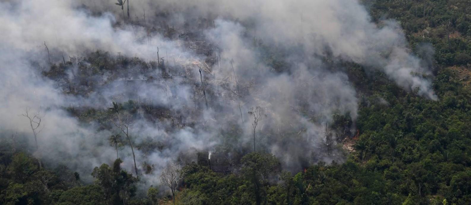 Incêndio em trecho da floresta amazônica situado a 65 quilômetros de Porto Velho, em Rondônia. Foto: CARL DE SOUZA / AFP
