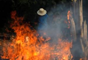 Homem trabalha em meio a queimada em Iranduba, no estado de Amazonas. Foto: Bruno Kelly / Reuters