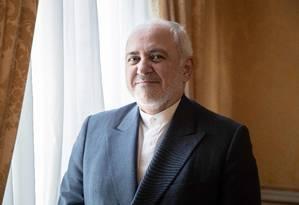 Chanceler iraniani, Mohammad Javad Zarif, que se encontrou com o presidente francês Emmanuel Macron, em Paris. Os dois tentam salvar o acordo sobre o programa nuclear iraniano, assinado em 2015 Foto: GEOFFROY VAN DER HASSELT / AFP
