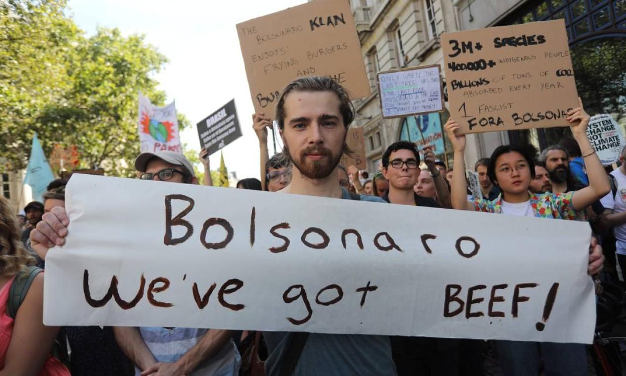 """Manifestante com cartaz que diz """"Bolsonaro, temos carne!"""" participa de manifestação em frente à embaixada brasileira em Londres. Esta é a segunda vez que a embaixada em Londres é alvo de protesto de ativistas Foto: ISABEL INFANTES / AFP"""