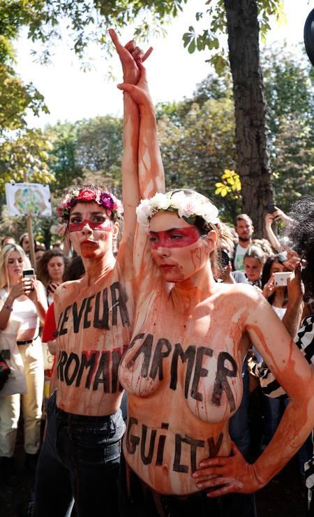 Em frente à embaixada do Brasil em Paris, França, ativistas com os corpos pintados de vermelho, simbolizando sangue, protestam contra o dematamento e as queimadas na floresta amazônica Foto: ZAKARIA ABDELKAFI / AFP