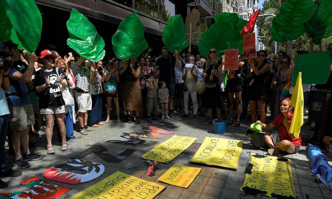 Ativistas climáticos em manifestação em Barcelona contra incêndios na Amazônia Foto: LLUIS GENE / AFP