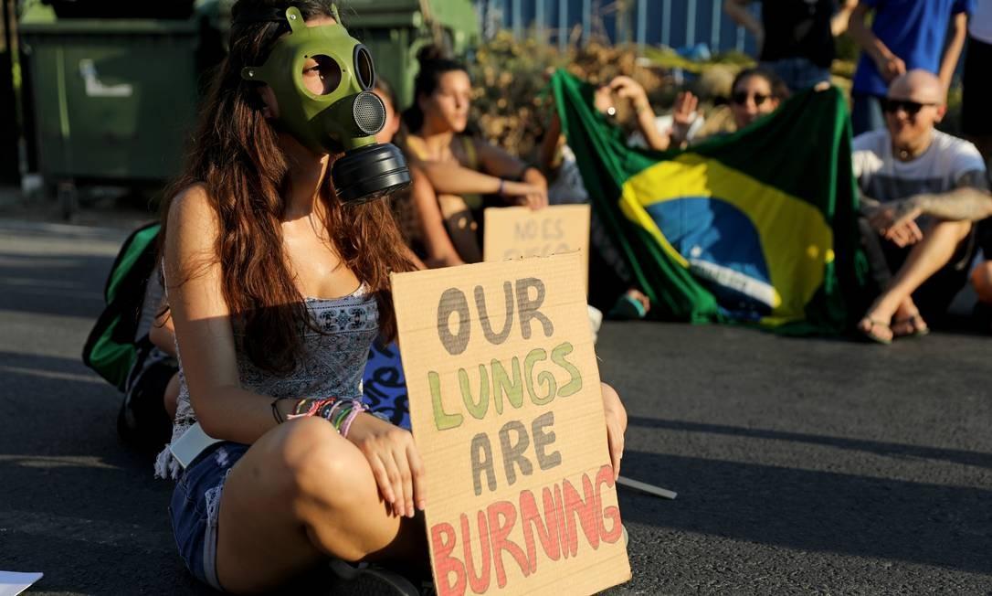 Ativistas participam de um protesto do lado de fora da embaixada do Brasil em Nicósia, Chipre Foto: YIANNIS KOURTOGLOU / REUTERS