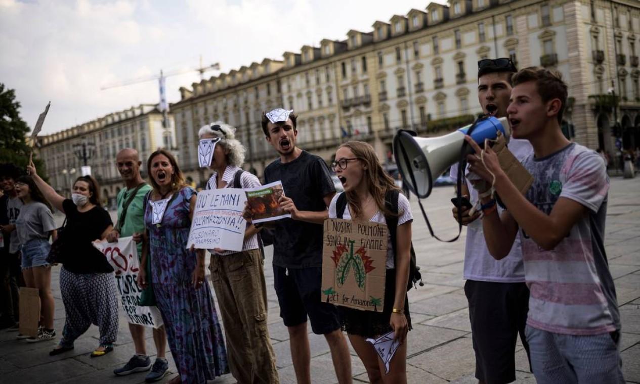 """Manifestantes na Piazza Castello, em Turim, na Itália, participam de protesto organizado pelos ativistas das mudanças climáticas """"Sextas-feiras para o futuro"""" sobre os incêndios na floresta amazônica Foto: MARCO BERTORELLO / AFP"""