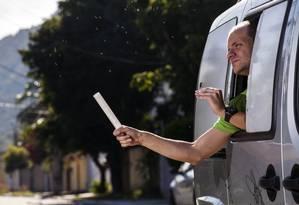 """Método """"Wolbachia"""". Mosquitos saem do tubo: agentes da prefeitura e da Fiocruz fazem a disseminação dos insetos Foto: Divulgação/Flávio Carvalho"""
