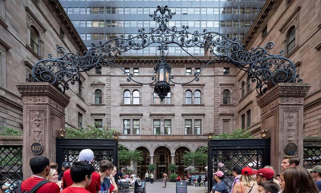 A entrada do hotel Lotte New York Palace, usado nas gravações da série