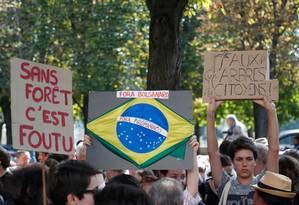 Ativistas protestam em frente à Embaixada do Brasil na França, em Paris, cobrando medidas do governo brasileiro para combater as queimadas na Floresta Amazônica Foto: ZAKARIA ABDELKAFI / AFP