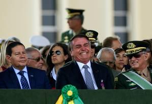 Bolsonaro assiste a cerimônia do Dia do Soldado ao lado do vice-presidente, Hamilton Mourão Foto: SERGIO LIMA / AFP