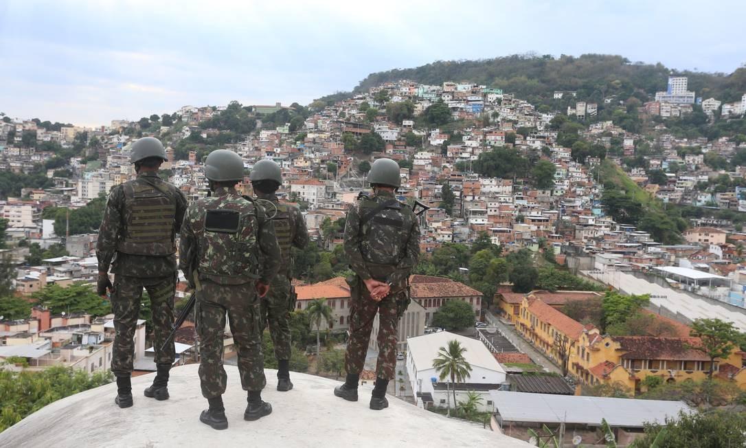 Militares durante operação no Morro da Mineira - Foto de arquivo Foto: Fabiano Rocha / Agência O Globo