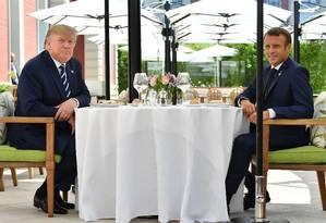 O presidente americano Donald Trump e o presidente francês Emmanuel Macron almoçam antes do início do G7. Foto: NICHOLAS KAMM / AFP
