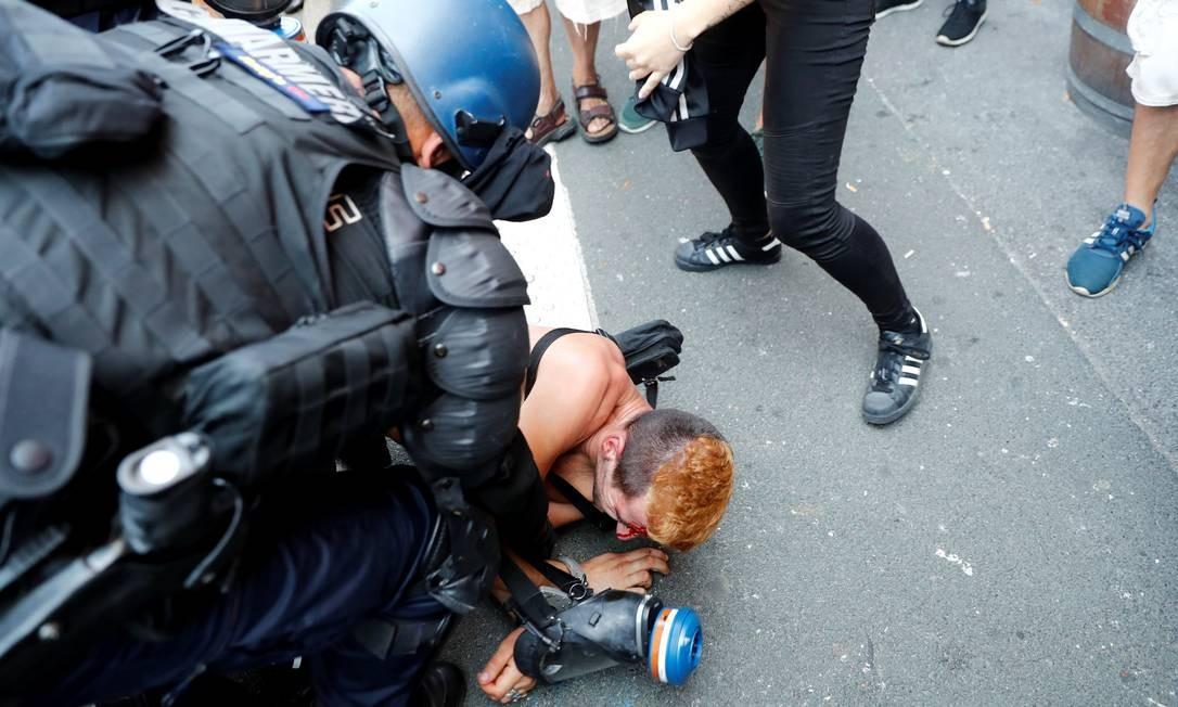 Mais de 13 mil policiais, apoiados por soldados, estão guardando o local da cúpula de Biarritz e a polícia temia que grupos anarquistas tentassem impedir o protesto de sábado. A polícia prendeu 17 pessoas por esconder seus rostos. Foto: Sergio Perez / Reuters