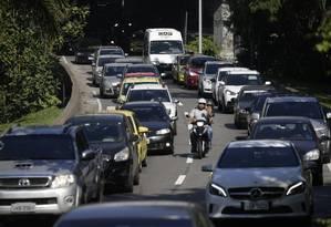 Carros circulando na Autoestrada Lagoa-Barra Foto: Gabriel Paiva / Agência O Globo