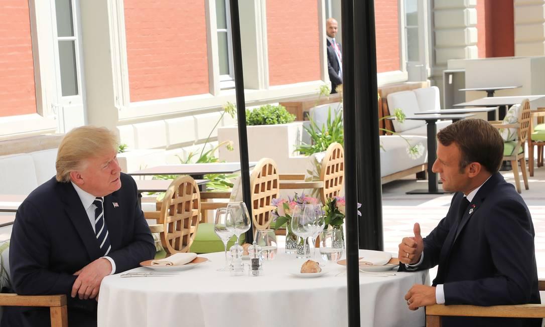 Presidente dos EUA, Donald Trump, e da França, Emmanuel Macron, se reúnem em almoço antes do início da reunião do G7, em Biarritz, na França Foto: POOL / REUTERS