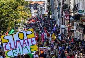 Manifestantes na cidade francesa de Hendaye pedem aos líderes do G7, reunidos em Biarritz, ações urgentes para o clima. Cerca de 15 mil pessoas participaram do protesto Foto: GEORGES GOBET / AFP