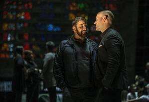 Ilias Tzempetonidis (barba), diretor de elenco da Ópera de Paris, conversa com o tenor americano Michael Fabiano, que canta neste domingo no Municipal Foto: Guito Moreto / Agência O Globo