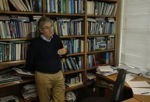 O economista Armando Castelar, em sua sala na FGV-Rio: para ele, a CMPF estimula a verticalização das empresas e joga contra a produtividade Foto: Antonio Scorza / Agência O Globo