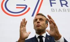 Macron fala a jornalistas neste domingo Foto: POOL / REUTERS