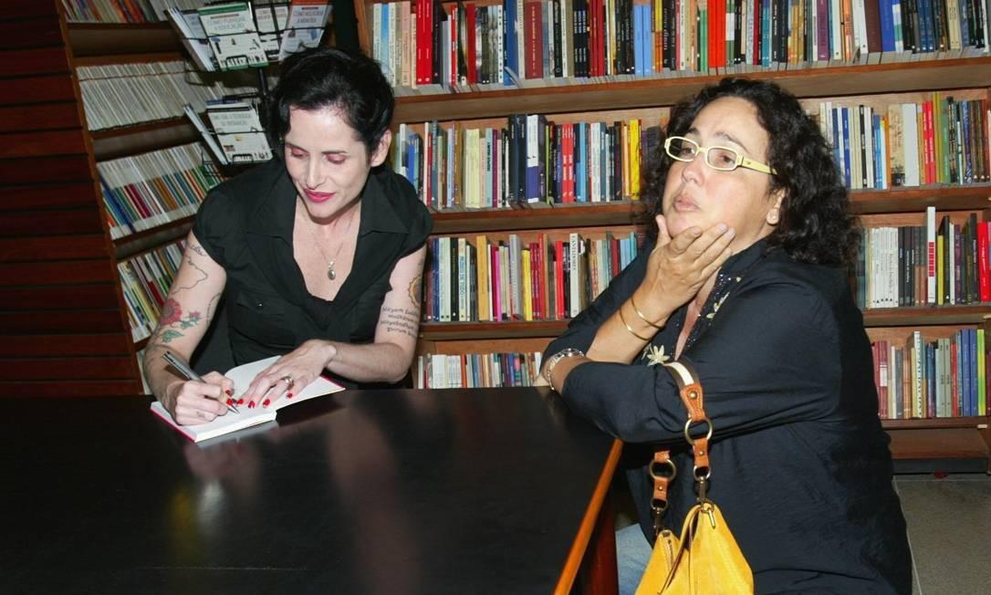 """Noite de autógrafo do livro """"Dores do amor romântico"""", de Fernanda Young (à esquerda) com a atriz Claudia Jimenez Foto: Marcos Ramos / Agência O Globo"""