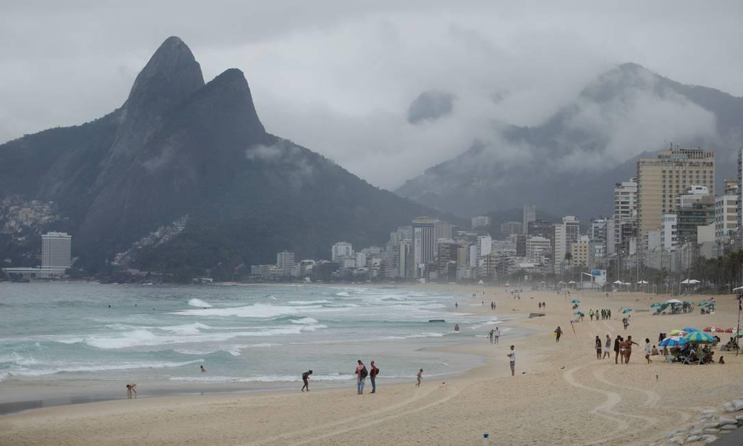Manhã foi de frio e chuva na Praia do Arpoador neste domingo Foto: BRENNO CARVALHO / Agência O Globo
