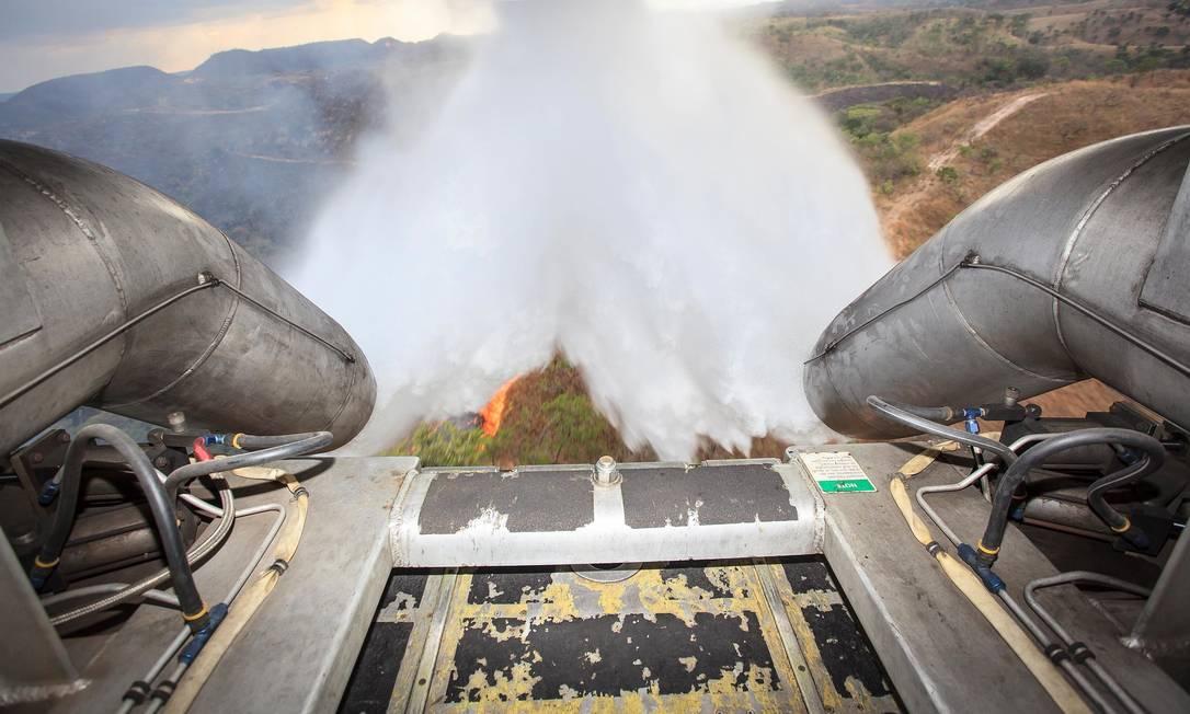 Treinamento de combate à incêndio com aeronave C-130 do 1º GTT equipada com o MAFFS. Foto: Johnson Barros / Agência Força Aérea / Johnson