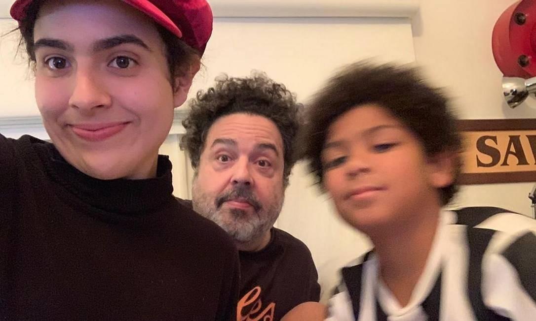 O marido de Fernanda Young, Alexandre Machado (no meio), e os filhos Cecília Madonna (à esquerda) e John Foto: Reprodução Instagram
