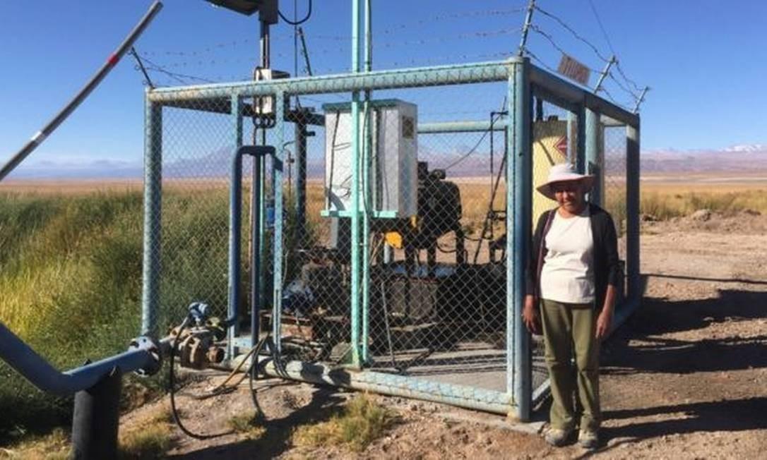 Sara diz que as duas empresas de mineração usam bombas como esta para ter acesso à água doce Foto: BBC