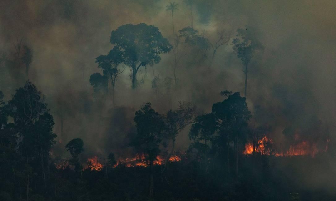 A fumaça encobre a floresta na cidade de Candeias do Jamari (RO) - 24/08/2019 Foto: VICTOR MORIYAMA / AFP