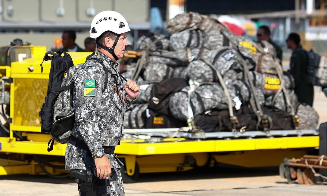 Homens da Força Nacional e equipamentos sendo embardos nos aviões Hércules C-130, para combater os incêndio na Floresta Amazônica Foto: SERGIO LIMA / AFP