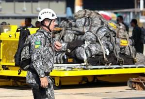 Militar se prepara para embarcar em um avião para Rondônia para combater os incêndios na Amazônia Foto: SERGIO LIMA / AFP