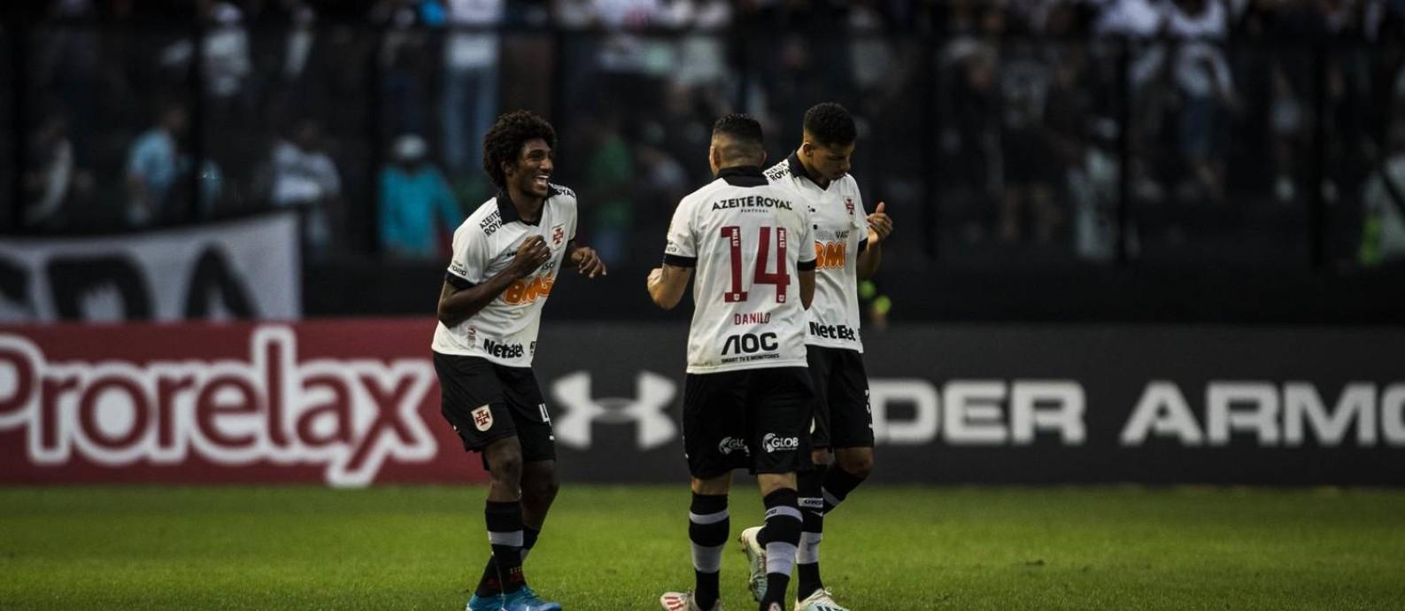 Talles Magno comemora com Danilo Barcelos o primeiro gol do Vasco Foto: Guito Moreto / Agência O Globo