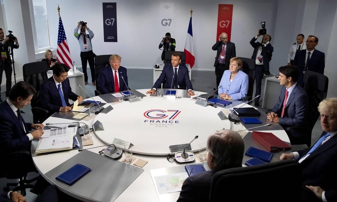 Primeiro ministro italiano Giuseppe Conte (da esquerda para a direita), primeiro-ministro japonês Shinzo Abe, presidente dos EUA Donald Trump, presidente francês Emmanuel Macron, chanceler alemã Angela Merkel, primeiro-ministro canadense Justin Trudeau, primeiro-ministro britânico Boris Johnson participam de uma sessão de trabalho durante a reunião do G7, em Biarritz, França Foto: POOL / REUTERS