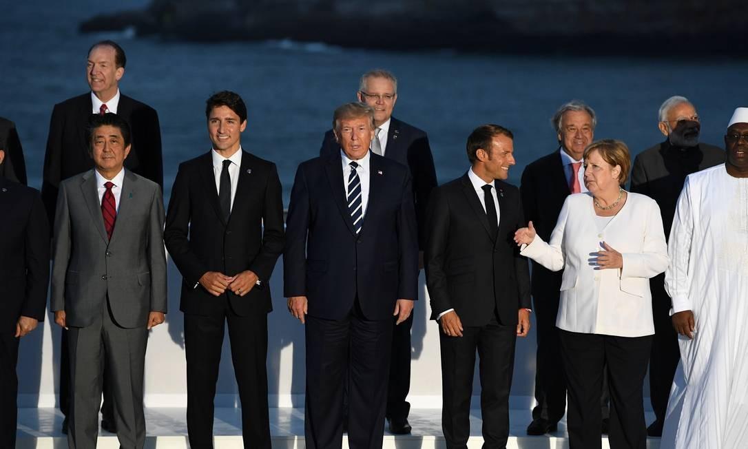 O primeiro-ministro japonês Shinzo Abe (esquerda para a direita), o primeiro-ministro do Canadá Justin Trudeau, o presidente dos EUA Donald Trump, o presidente francês Emmanuel Macron, e a chanceler alemã Angela Merkel com convidados da reunião de cúpula do G7 em Biarritz, França Foto: POOL / REUTERS