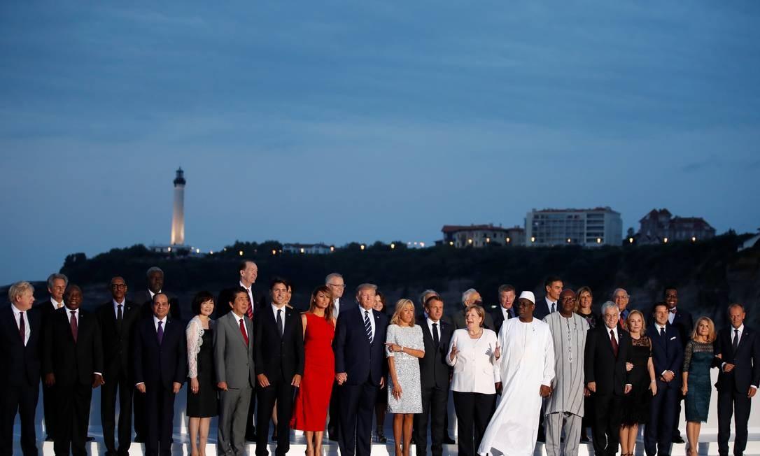 Líederes do G7 com familiares e convidados da reunião em Biarritz, França. O G7 é composto pelos líderes de Alemanha, Canadá, Estados Unidos, França, Itália, Japão e Reino Unido, embora a União Europeia também esteja representada Foto: CHRISTIAN HARTMANN / REUTERS