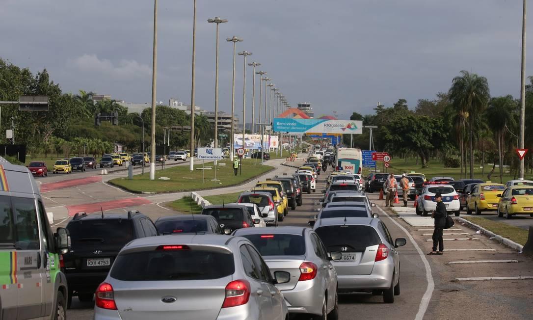 Reta de acesso ao Galeão tomada por carros na manhã desta segunda-feira Foto: Fabiano Rocha / Fabiano Rocha