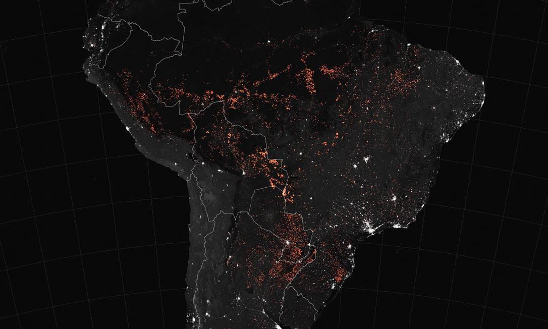 Fotos de satélite, com sobreposições, do observatório da Terra da NASA mostra focos de incêndio na América do Sul (incluindo Brasil, Bolívia, Peru, Paraguai, Equador, Uruguai, norte da Argentina e noroeste da Colômbia), entre os dias 15 e 22 de agosto de 2019. Os incêndios estão marcados em laranja Foto: JOSHUA STEVENS / AFP