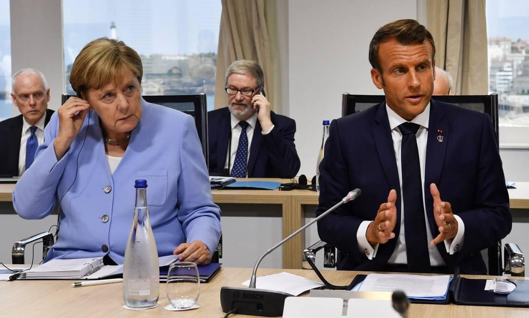 A chanceler alemã, Angela Merkel, ao lado do presidente francês Emmanuel Macron, no último dia do G7 Foto: POOL / REUTERS